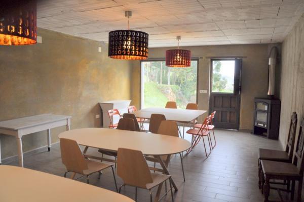 Sala de reuniones con estufa de leña