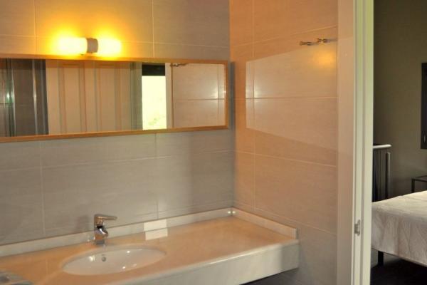 Loft de Logio, amplio baño con ducha de hidromasaje