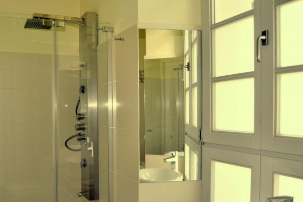 Casa Adón, baño con ducha de hidromasaje.