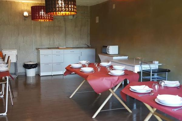 Sala de reuniones equipada también con cocina